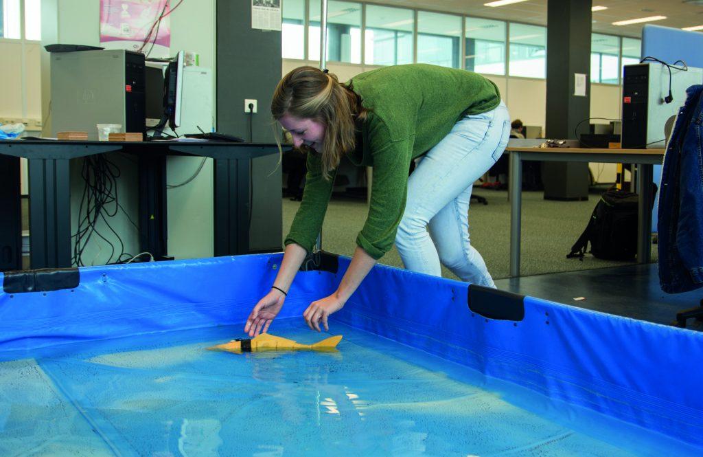 Tewaterlating van een robotvis, ontwikkeld door de studenten