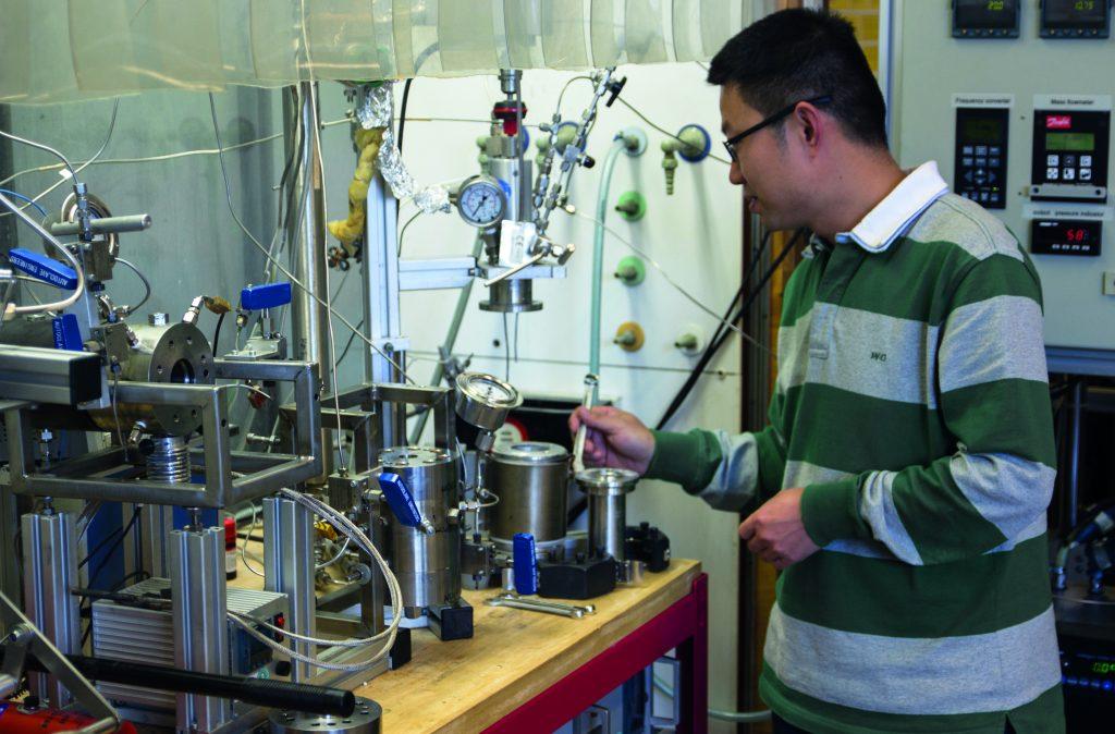 Onderzoeker aan het werk in het chemisch technologisch lab